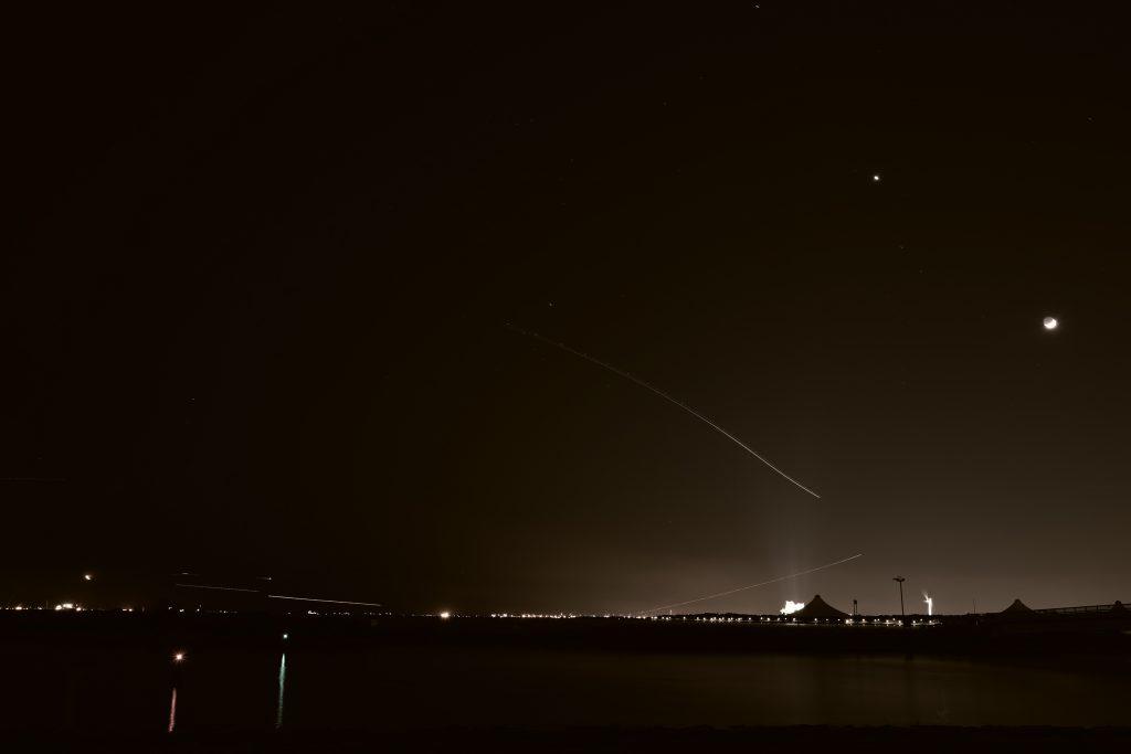 東京湾 夜景 飛行機 月 光跡