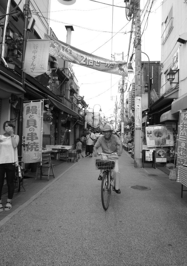 東京 谷中 自転車 人物