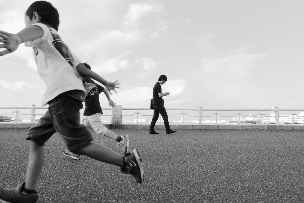 横浜 山下公園 駆けっこ 人物 子供