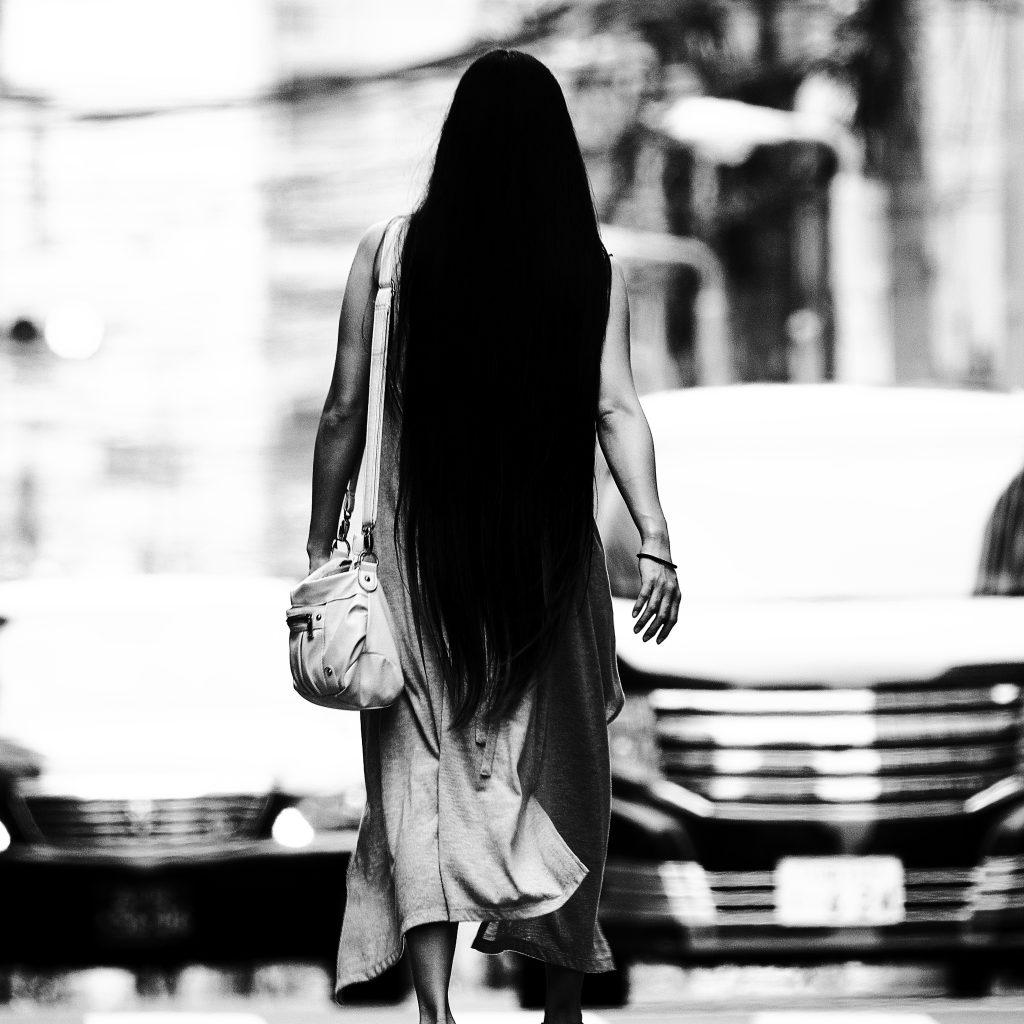 女性 後ろ姿 長い黒髪 黒髪