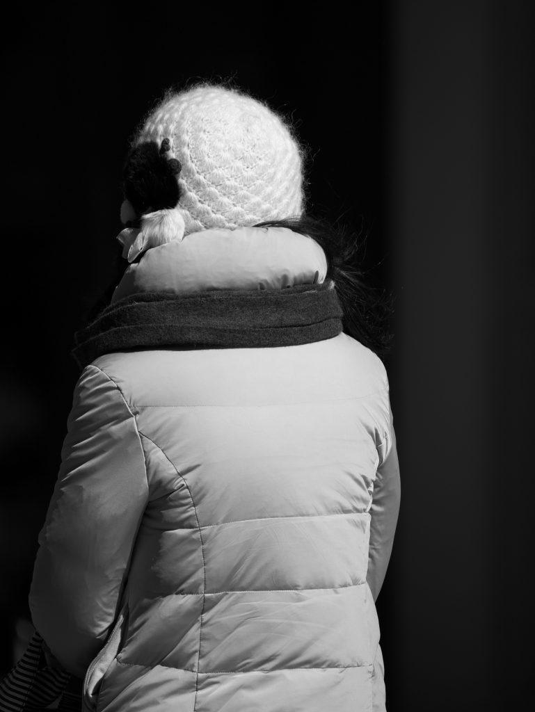 丸の内 陰影 女性 後姿 帽子