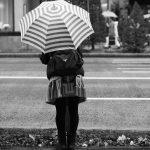 銀座 雨 傘 女性 後姿