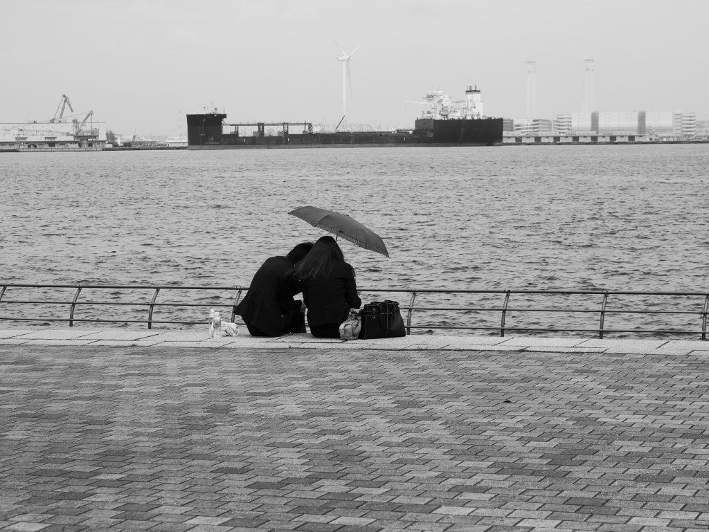 横浜 港 人物 男と女 日傘