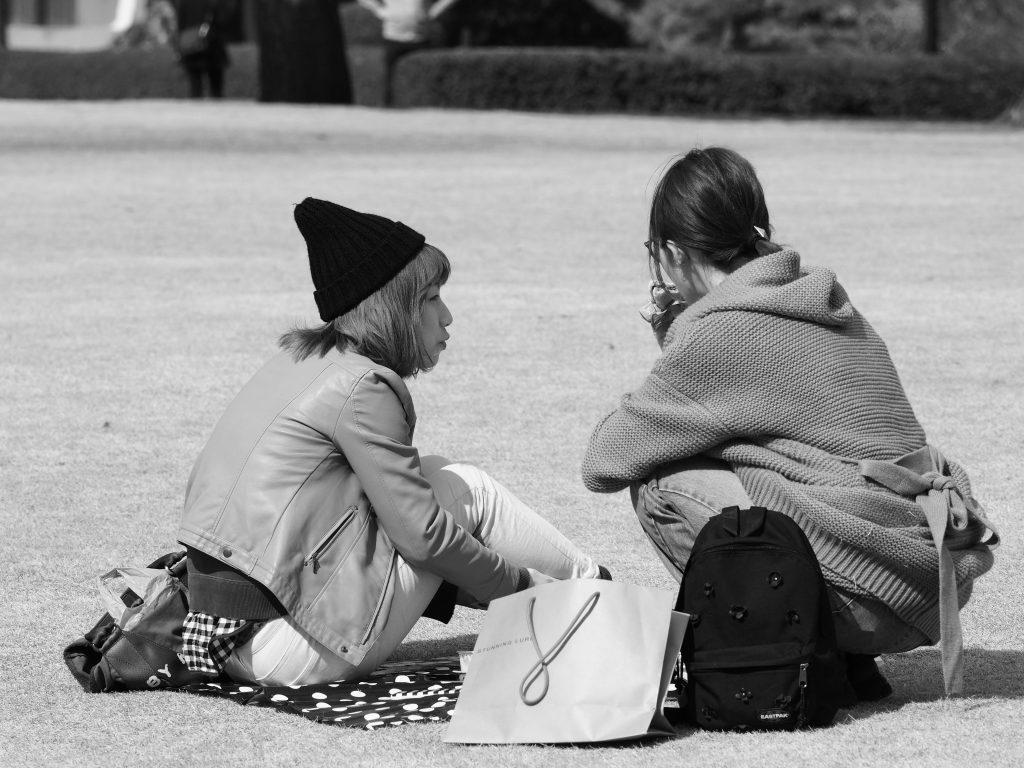 公園 芝生 女性