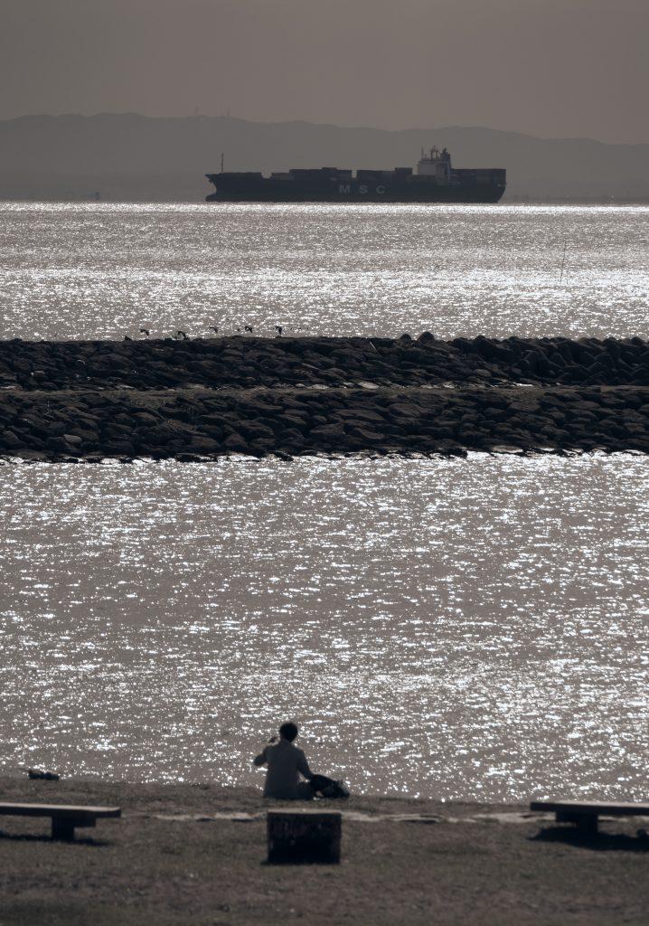 海 貨物船 人物 シルエット