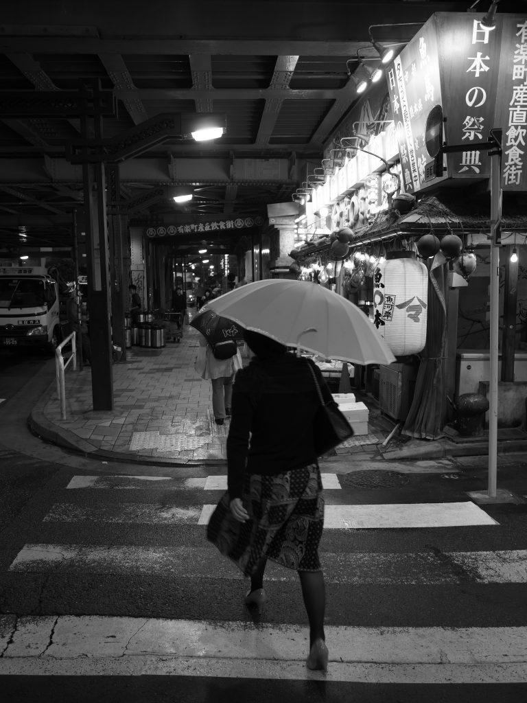 有楽町 ガード下 雨 傘 女性