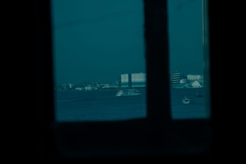 横浜 山下埠頭 船窓 風景 青