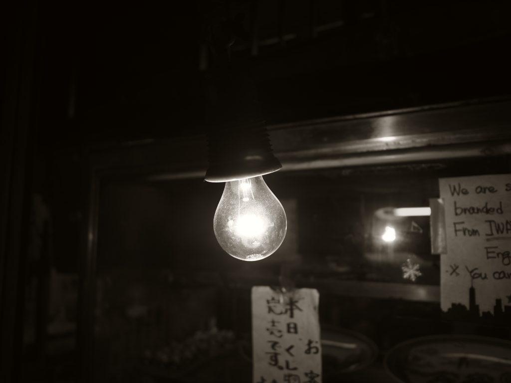 裸電球 ランプ 灯り 店先