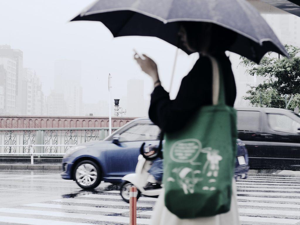 アメフリアサガホ 雨 女性 傘 携帯電話 スマホ