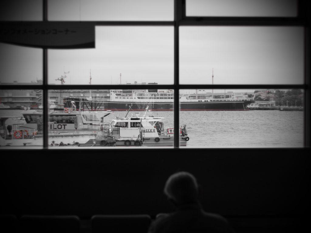 船 人影 シルエット 横浜