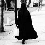 黒いコートの女性